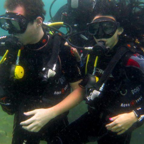 Предложение руки и сердца под водой