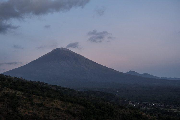 Вид на вулкан Агунг на рассвете