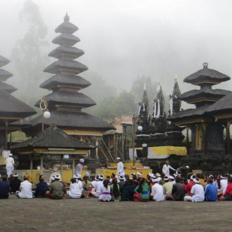 Храм в облаках на вулкане Агунг