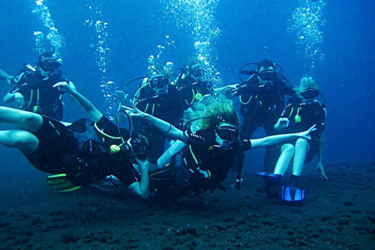 Группа по занятию йогой под водой