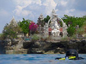 Дайвинг на Бали, храм на острове Менджанган